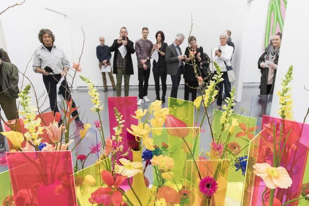 """Florale Interpretation von Claudia Lischer, und Annina Ruch, St. Moritz, zum Werk von Ugo Rondinone, siebteraprilneunzehnhundertzweiundneunzig, 1992, in der Ausstellung """"Blumen für Kunst"""" am 5. März 2018 im Aargauer Kunsthaus in Aarau."""