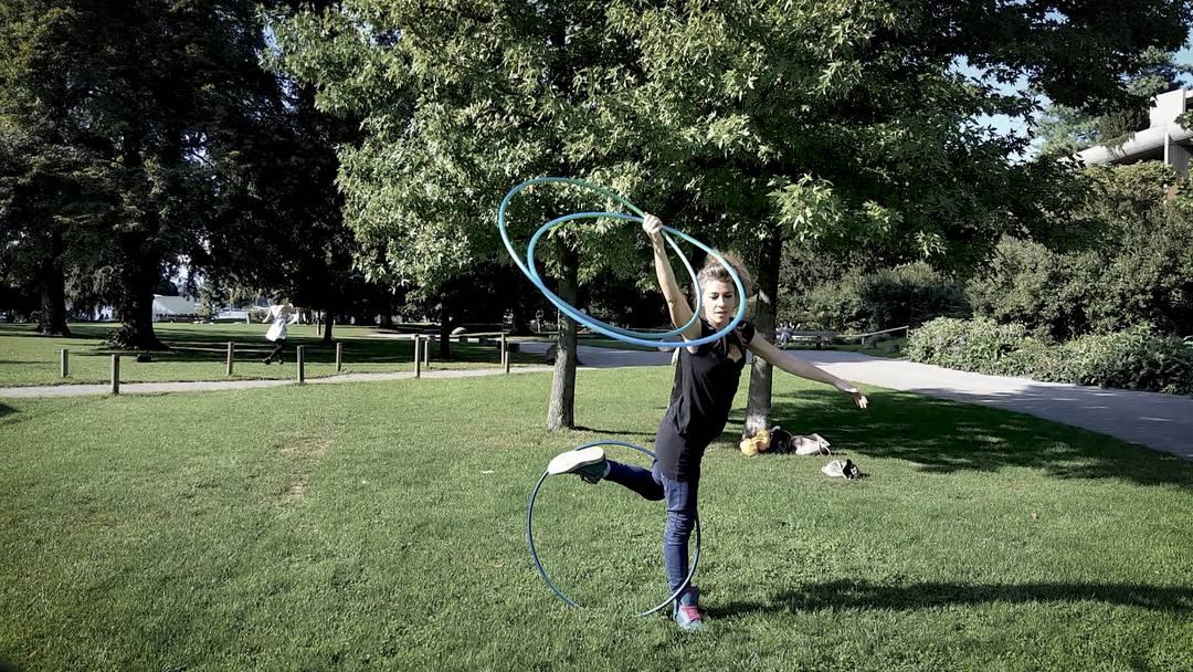Das ist Off-Body-Hooping: Reni Hardmeier zeigt ihre Reifenkünste beim lockeren Training im Park