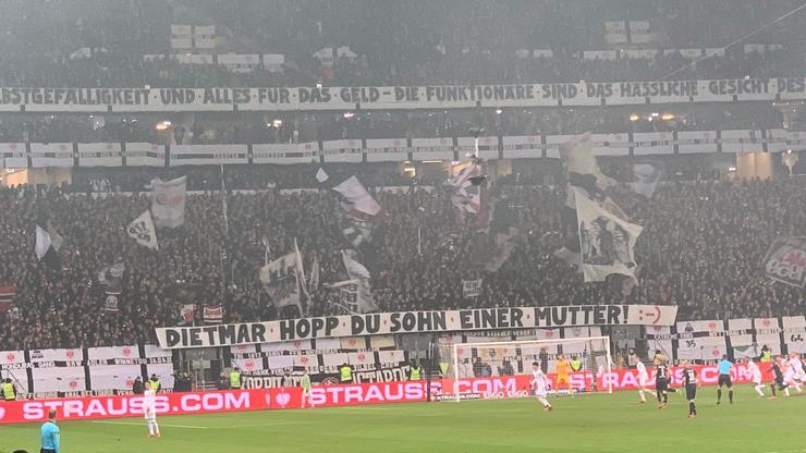 Die Eintracht-Fans protestieren humorvoll.