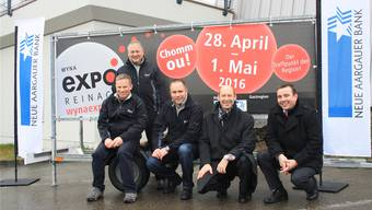 Das Organisationskomitee präsentiert den Hauptsponsor: Matthias Haller, Peter Huber (stehend), Christian Schweizer (OK-Chef), Roger Keller (Regionenleiter Aarau NAB) und René Heggli (Leiter Wynen- und Seetal NAB). cfü