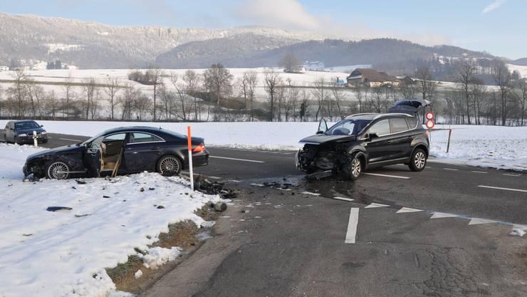 An den beteiligten Autos entstand Totalschaden, beide mussten abgeschleppt werden.