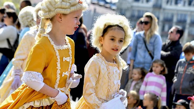 Kleine Edeldamen und 3000 weitere Kinder in historischen Kostümen lockten am Sonntag zahlreiche Zuschauer an den Kinderumzug des Zürcher Sechseläutens.