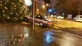 Ein Autofahrer hat in Riehen BS die Kontrolle über sein Auto verloren und ist auf ein Trottoir aufgefahren. Ein geschmückter Weihnachtsbaum in unmittelbarer Nähe des Unfallorts wurde nicht in Mitleidenschaft gezogen.