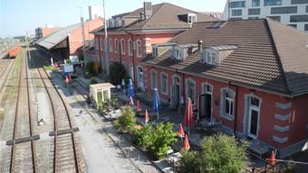 Der Blick vom Bahnübergang auf die Hinterseite. Die urbane Oase des Stellwerks bietet Restaurant und Bar.