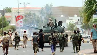 Kämpfer der Gruppe Sicherheitsring, die für einen unabhängigen Süd-Jemen eintritt, patrouillieren durch die Strassen von Aden. Die Separatistengruppe wird von den Vereinigten Arabischen Emiraten unterstützt.