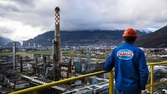 Der Preisverfall am Ölmarkt hat historische Dimensionen angenommen. Zuletzt hat sich die Situation aber immerhin leicht beruhigt. Im Bild: Die Tamoil-Raffinerie im Walliser Ort  Collombey-Muraz. (Archivbild)
