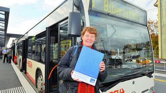 Plakataktion: Barbara Wyss, Leiterin der Kontaktstelle für Selbsthilfegruppen, mit einem der rund 150 Plakate. (Oliver Menge)