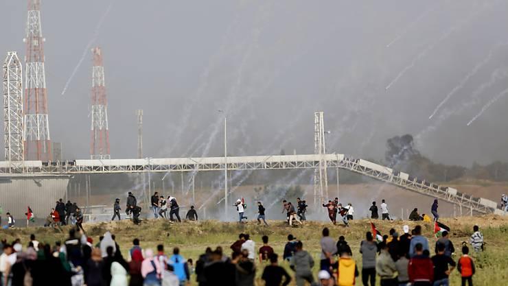 Israel reagierte mit einem Tränengasregen und scharfer Munition auf die Proteste der Palästinenser am Grenzzaun zwischen Israel und dem Gazastreifen. (Archiv)