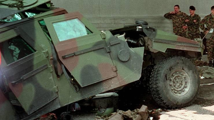 Vor neun Jahren krachte ein Armeefahrzeug auf einem Hinwiler Kreisel in einen Betonpfeiler: vier Schwerverletzte.