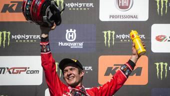 Jeremy Seewer steht zuoberst auf dem Podest und feiert seinen 1. GP-Sieg