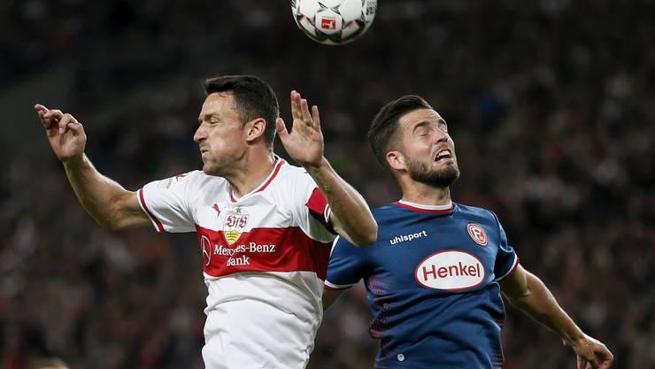 Stuttgarts Christian Gentner (links) und der Düsseldorfer Niko Giesselmann im Kopfball-Duell in einer Partie, die torlos endete