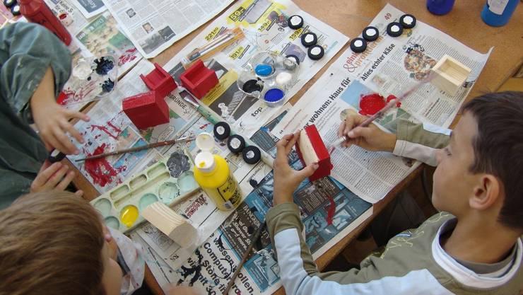 Schulkinder betätigen sich kreativ.  zvg