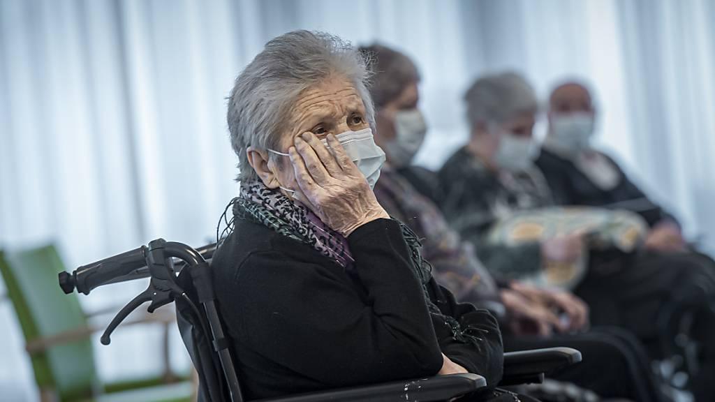 Tempi passati in Bündner Altersheimen: Die Bewohnerinnen und Bewohner müssen keine Masken mehr tragen. (Symbolbild)