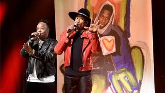 Jarobi White und Q-Tip rappen die neuen Songs von A Tribe Called Quest vor einem Poster ihres im März verstorbenen Mitglieds Phife Dawg.Will Heath/NBC/Getty Images