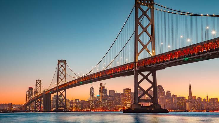 «If you're going to San Francisco.»: Von Bern fährt die Familie per Zug nach Kloten ZH und fliegt an Bord der Swiss oder United in die Silicon-Valley-Metropole. Distanz: 9300 Kilometer. In der Ex-Hippiestadt startet sie ihren Roadtrip mit einem Mietauto; über die Golden Gate Bridge zu den «Muir Woods», nach Sausalito, oder in Richtung Süden in die Hafenstadt Monterey. Täglich fährt sie im Schnitt 80 Kilometer.
