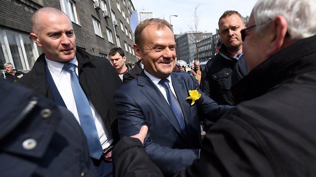 Tusk begrüsst auf dem Weg zum Büro der Staatsanwaltschaft Anhänger.