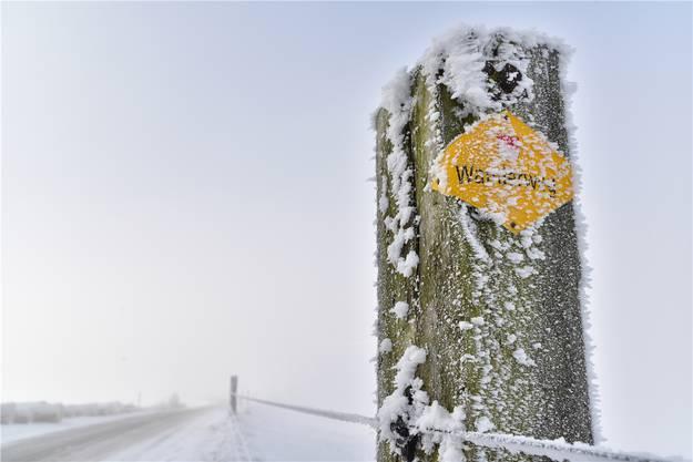 Der Raureif un dder Schnee formen die Landschaft auf der Froburg neu.