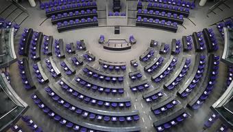 Blick in den leeren Plenarsaal des Deutschen Bundestags. Mit der Wahlrechtsreform soll die Anzahl der Abgeordneten-Sitze im Bundestag neu reguliert werden. Foto: Michael Kappeler/dpa