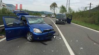 VW-Bus kracht in Toyota: Schwerer Verkehrsunfall in Oberentfelden