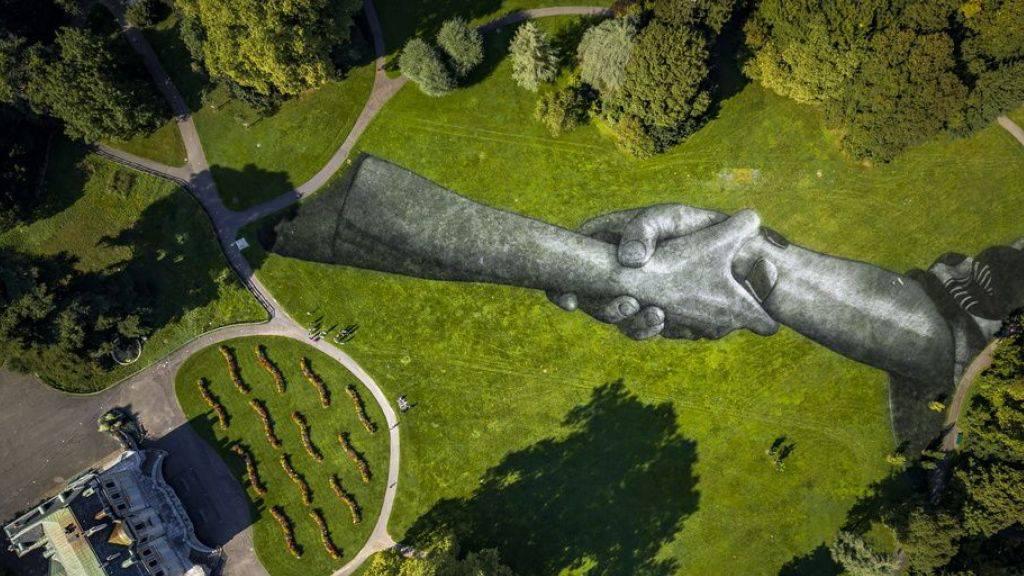Riesengemälde des französischen Künstlers Saype in Genf