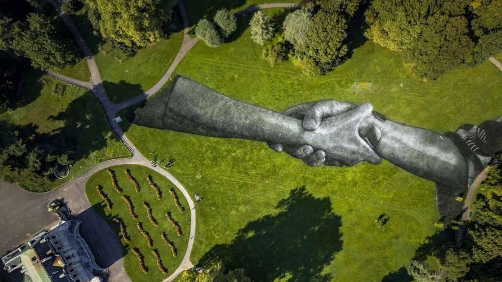 Mit dem riesigen Land-Art-Gemälde «Beyond Walls» im Genfer Parc de la Grange will der französisch-schweizerische Künstler Saype die Menschen zum gemeinsamen Lösen der Probleme aufrufen. Eröffnung des Kunstwerks war am 16. September 2019.