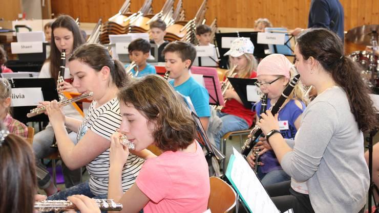 Konzentrierte Gesichter bei der Probe – am Sonntag sollen die gelernten Stücke vor grossem Publikum präsentiert werden.