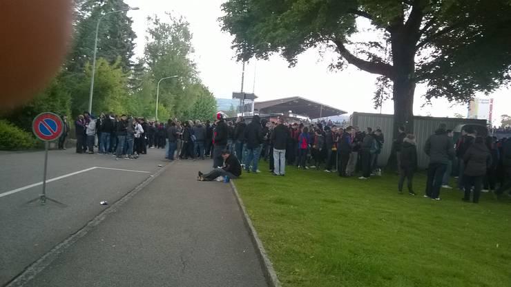 1,5 Stunden vor dem Spiel: Basler Fans vor dem Brügglifeld.