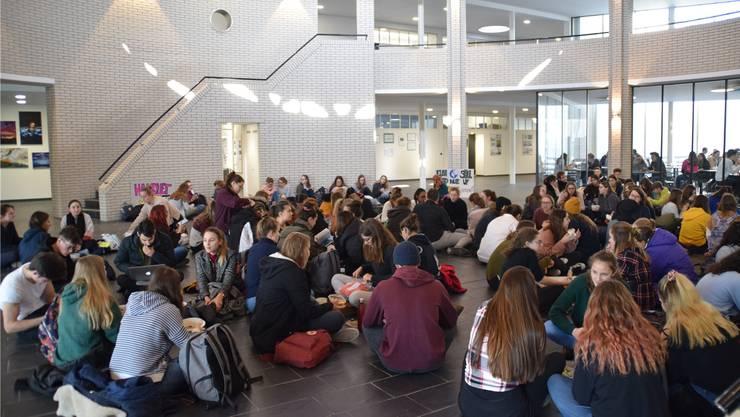 Im Januar wurden in der Kanti Wohlen Klimawandel-Sitzstreiks veranstaltet – jetzt können die Schülerinnen und Schüler zeigen, ob sie aufs Fliegen verzichten wollen.