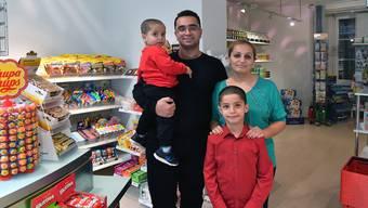 """Onur Özdemir betreibt ab dem kommenden Samstag zusammen mit seiner Frau Ayse (auf dem Bild auch mit den Söhnen Efe und Ege) an der Ringstrasse 54 neu den """"OltnerShop""""."""