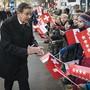 Ständeratspräsident Jean-René Fournier trifft am Mittwoch bei einem Umzug in Sitten die Bevölkerung.