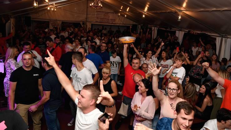 Ausgelassene Partystimmung im serbischen Zelt.