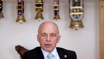 Finanzminister Ueli Maurer vor seiner Kuhglocken-Sammlung in seinem Büro.