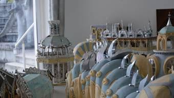 Die begehbaren Raupen gibt es heute erst als Modellelemente. Etwa 2030 sollen sie über dem Wassergartensaal thronen.