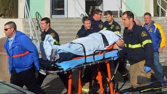 Ein Schüler, der bei der Schiesserei verletzt wurde, wird ins Spital gebracht