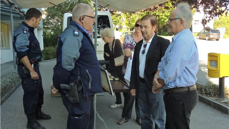 Kilian Messerli (links) und Andreas Baur von der Stadtpolizei stellen sich den Fragen der Besucher am Stand der Polizei Stadt Grenchen an der Kastelsstrasse.