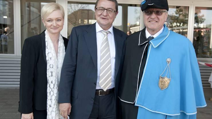 Theo Voegtli mit Ehefrau Claudia und Staatsweibel Hans Stirnemann.