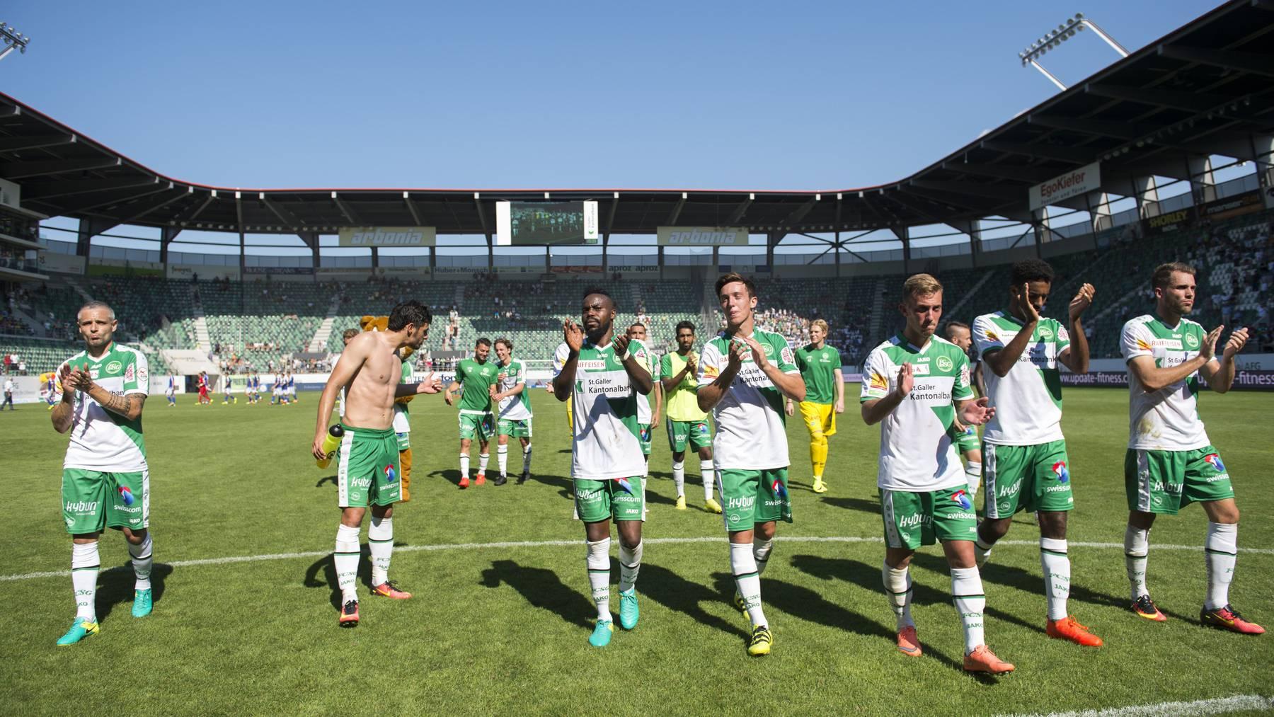 Die Spieler bedanken sich nach dem Spiel bei den Fans.