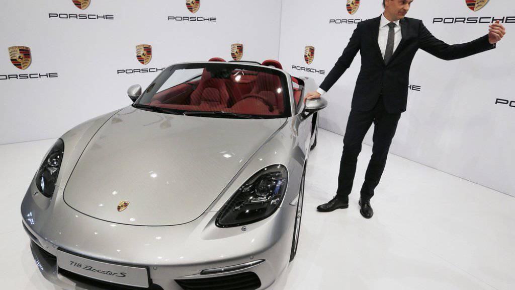 Porsche-Chef Oliver Blume neben einem Porsche Boxster an der Bilanzmedienkonferenz in Stuttgart.