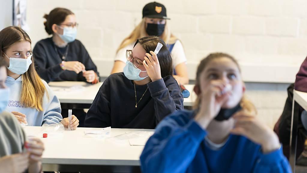 Bei den Corona-Spucktests gurgeln die Testpersonen während einer Minute eine salzige Flüssigkeit und spucken diese anschliessend in ein Röhrchen. Diese Flüssigkeit enthielt bei den Tests der Firma Disposan AG Verunreinigungen. (Symbolbild)