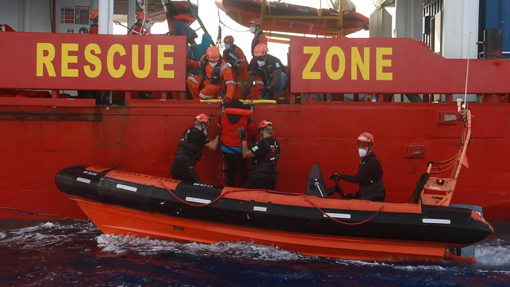 HANDOUT - Seenotretter helfen einem Flüchtling auf das Seenotrettungsschiffs «Sea-Eye 4». Foto: Oriol Lazaros Planas/sea eye/dpa - ACHTUNG: Nur zur redaktionellen Verwendung und nur mit vollständiger Nennung des vorstehenden Credits
