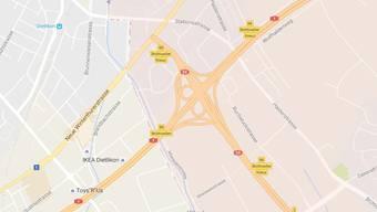 Der Mann war kurz vor dem Rastplatz Baltenswil-Nord in einer leichten Linkskurve geradeaus gefahren.
