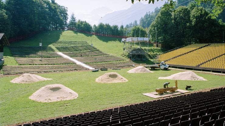 Die Schwingplätze in der Arena werden für das Unspunnen-Schwinget vorbereitet, aufgenommen am 3. September 1993 bei Interlaken.