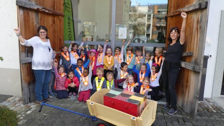 Die Lehrpersonen Anita von Aesch und Susanne Lauber vom Kindergarten Weihermatt, mit Kindergärtlern