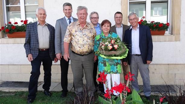 Als Schulhauswart von den Fricker Gemeinderäten und dem Gemeindeschreiber verabschiedet: Lukas Marty und seine Frau Brunhilde geniessen jetzt den wohlverdienten Ruhestand.