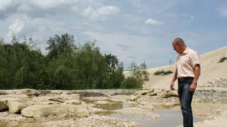 Markus Plattner begutachtet einen Tümpel in der Klingenthal-Grube.  WAN