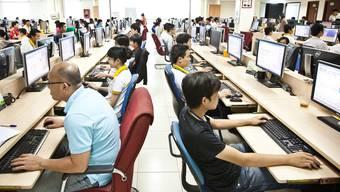 Es spielt technisch keine Rolle, an welchem Ort auf der Welt die Arbeit am Computer geleistet wird. Ein Knopfdruck – und die Daten werden dorthin übermittelt, wo sie gebraucht werden.Keystone