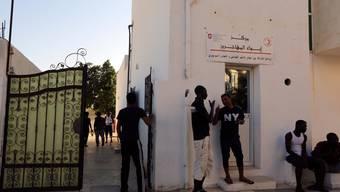 Afrikanische Migranten beim von der Schweiz unterstützten Migrationszentrum in Medenine.
