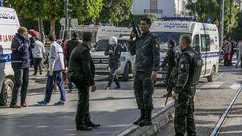 Nachdem sich eine Frau in Tunis auf der zentralen Geschäftsstrasse Avenue Habib Bourguiba in die Luft sprengte, sperrte die Polizei den Tatort weiträumig ab.
