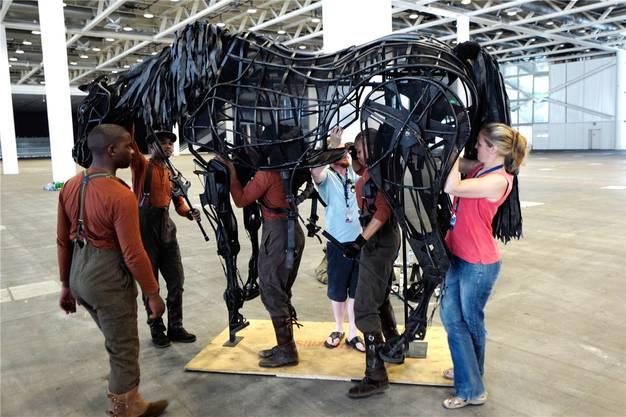 Die Puppenspieler stülpen die 16-Kilo-Pferde-Attrappe über sich.