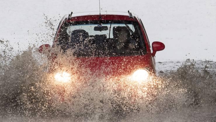 """Wenn es so stark regnet, wie derzeit in einigen Landesteilen, können auch Strassen schon mal zu """"Bächen"""" werden. (Archivbild)"""